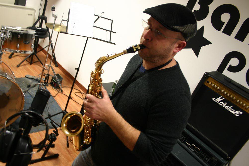 Luca Toti suona il sax per Freak Parade
